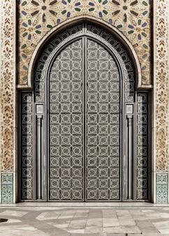 Porte décorée de la mosquée hassan ii à casablanca, maroc