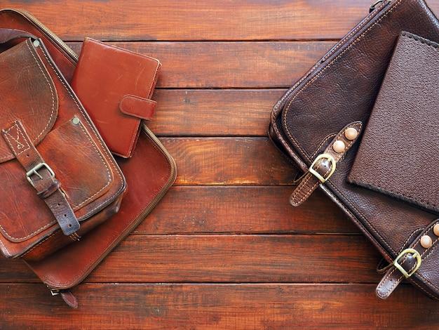 Porte-documents en cuir portefeuille note livre sur fond de bois