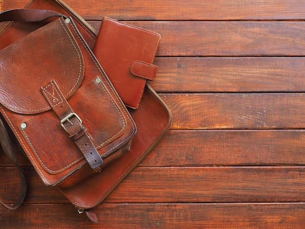 Porte-documents en cuir portefeuille note livre sur table en bois