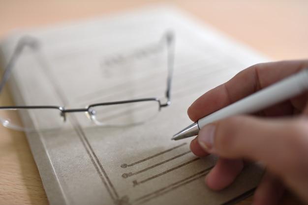Porte-documents avec documents de la cour sur la table, lunettes, stylo