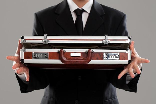 Porte-documents entre les mains d'un homme d'affaires
