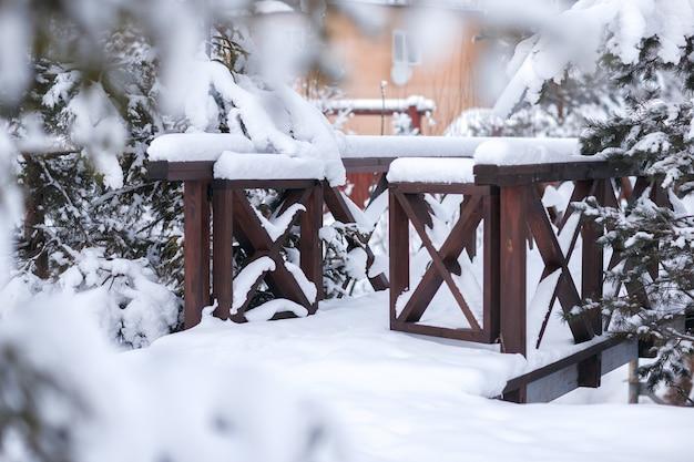 La porte du pont en hiver park. autour des bois d'hiver. épicéa et pin.