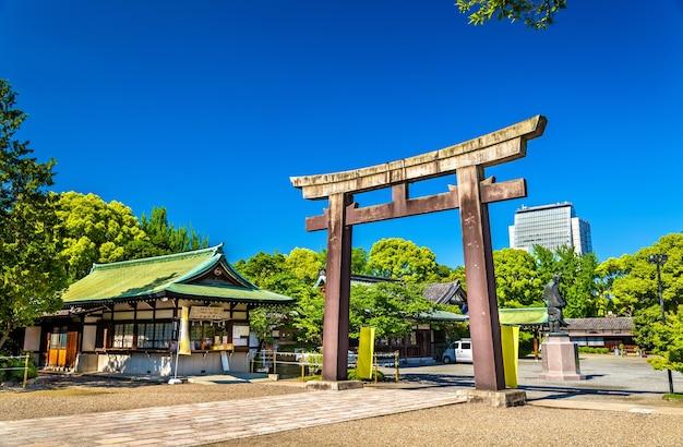 Porte du sanctuaire hokoku à osaka, japon
