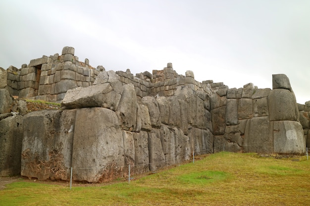 La porte du soleil (intipunku écrite sur le panneau) de la forteresse historique des incas de sacsayhuaman, cusco, pérou