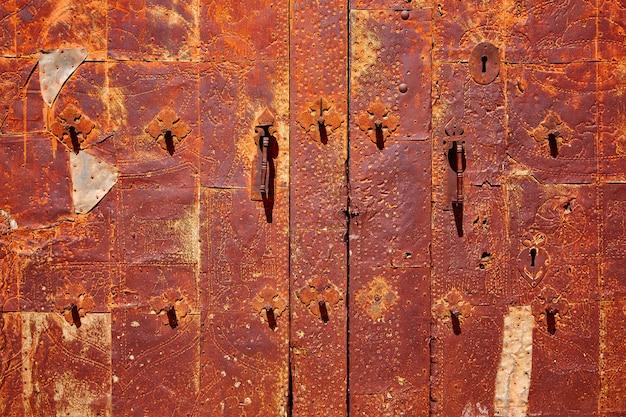 Porte de l'église moscardon dans la sierra albarracin teruel