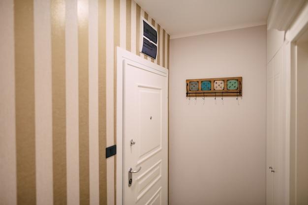 La porte d'entrée de l'appartement