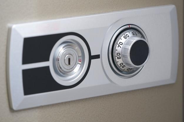 Porte d'entrée du coffre-fort, mécanisme à molette et trou de clé pour ouverture