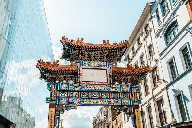 Porte d'entrée du quartier chinois de londres dans la conception traditionnelle chinoise, angleterre