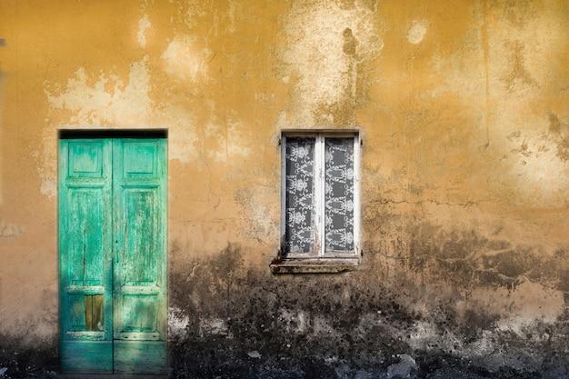Porte et fenêtre en bois vintage typique