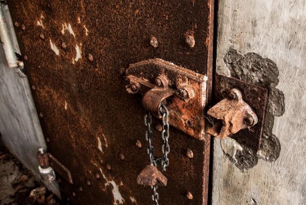 Porte en fer rouillé sur un mur en béton