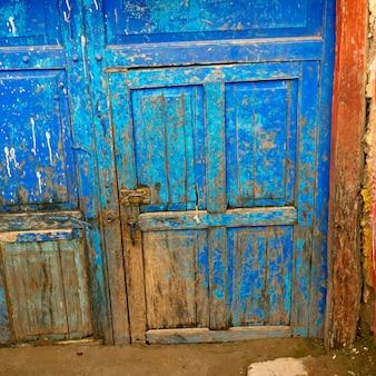 Porte fermée altérée d'une maison, vallée sacrée, machu picchu, cuzco, pérou