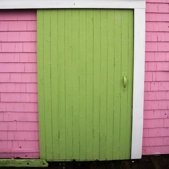 Porte fermée de la maison à spinnakers landing, summerside, île-du-prince-édouard, canada