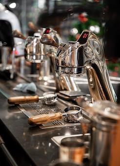 Porte-filtre à café moulu avec machine à café au café