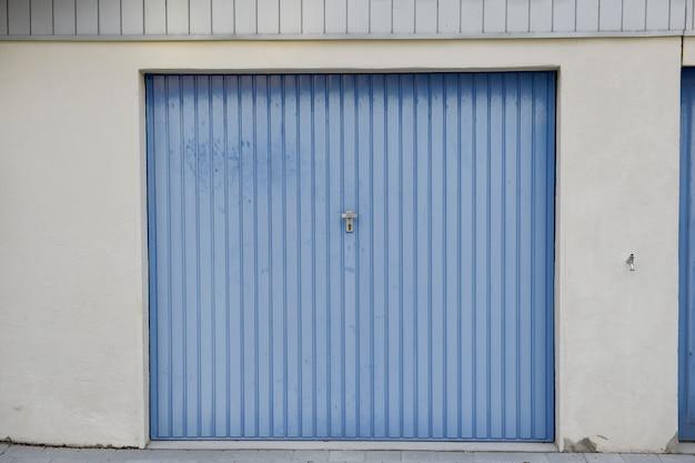 Porte de garage bleue