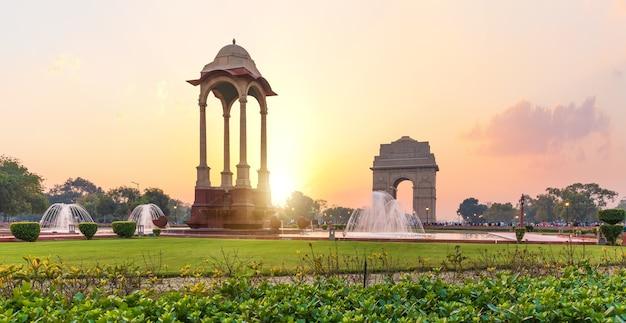 La porte de l'inde et la canopée au coucher du soleil à new delhi, vue depuis le national war memorial.