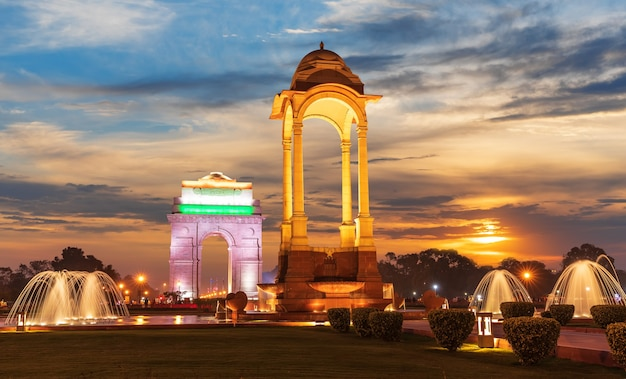 La porte de l'inde et la canopée à new delhi, vue du coucher du soleil.