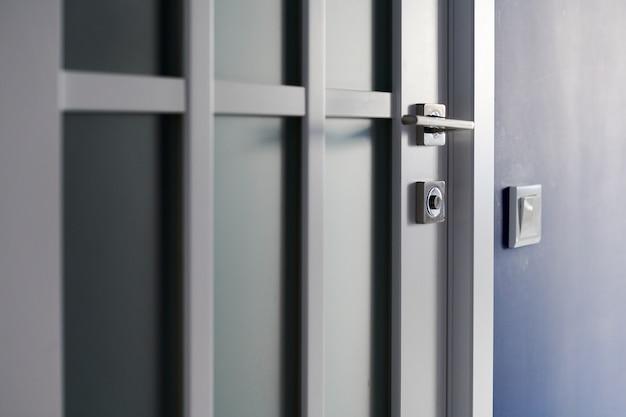 Porte intérieure blanche avec poignée