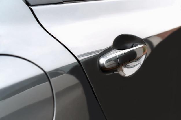 La porte latérale de la voiture noire