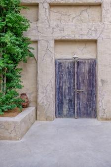 Porte de maison arabe traditionnelle