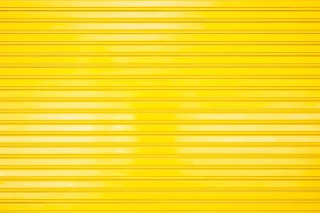 Porte en métal jaune pour la texture et