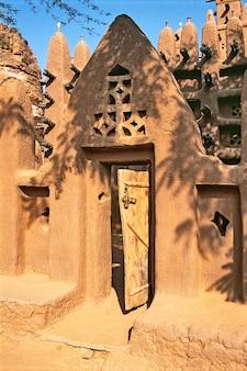 Porte de la mosquée aux falaises de bandiagara en pays dogon