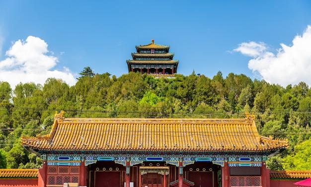 Porte nord et pavillon wanchun dans le parc jingshan - pékin, chine