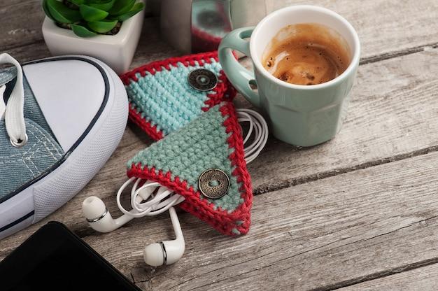 Porte-oreille tricoté sur table en bois
