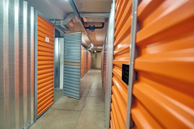 Porte ouverte dans des boîtes de rangement modernes dans un entrepôt