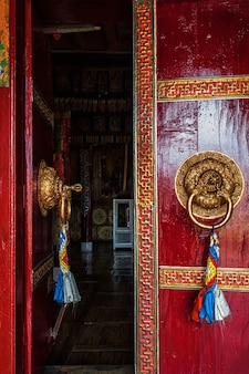 Porte ouverte du monastère de spituk. ladakh, inde