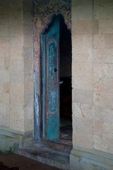 Porte ouverte d'un immeuble à bali