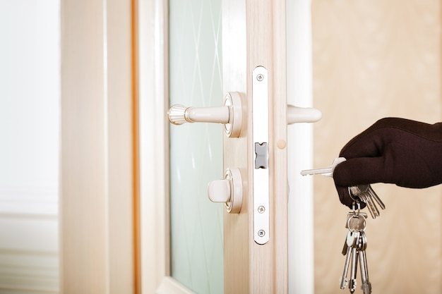 Porte d'ouverture de main d'homme avec serrure picker.