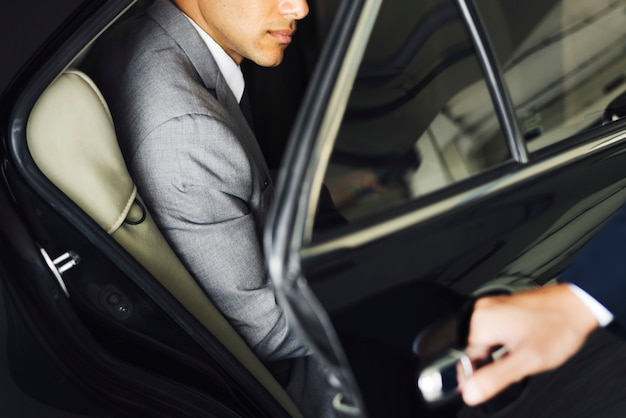 Porte ouvrant pour homme d'affaires