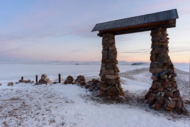 Porte en pierre sur la rive du lac baïkal en hiver.