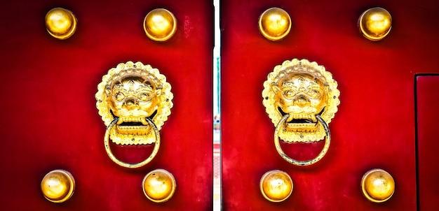 Porte rouge dans la zone de hutong, près de la cité interdite, pékin, chine