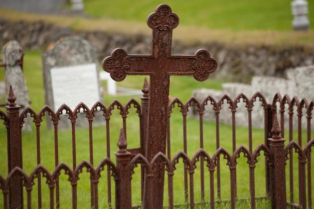 Porte rouillée et croix au cimetière