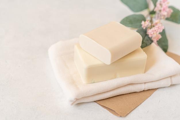 Porte-savon en bois, papier craft, tissu en coton, savon, sur fond blanc.
