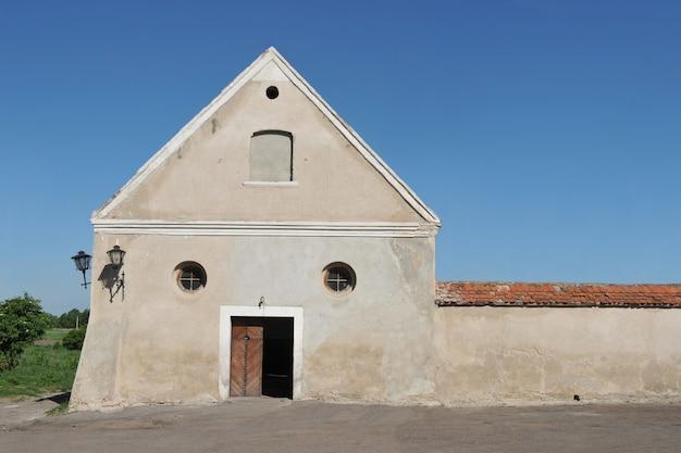 Porte secondaire et les murs du monastère médiéval des capucins, région d'olesko lviv, ukraine