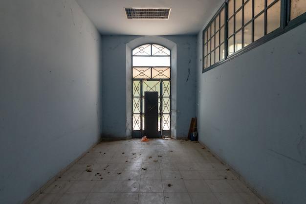 Porte de sortie au bout du couloir