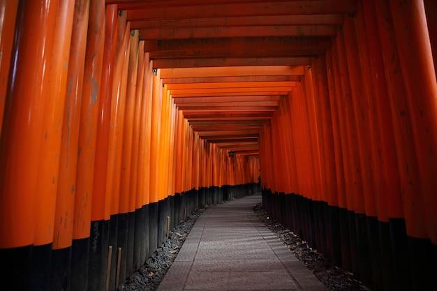 Porte tori rouge au sanctuaire fushimi inari à kyoto, japon
