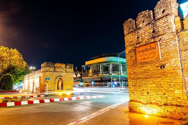 Porte de la vieille ville de chiang mai en thaïlande