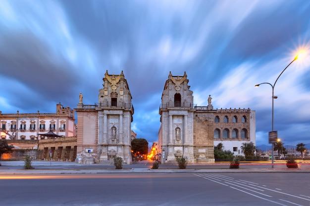 Porte de la ville monumentale porta felice à palerme, entrée côté eau de la rue principale et la plus ancienne de la ville cassaro, palerme, sicile, sud de l'italie