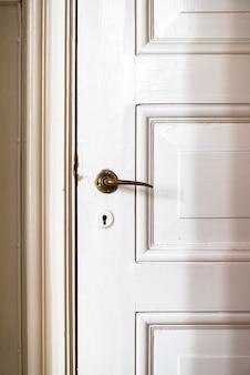 Porte vintage avec poignée de porte antique