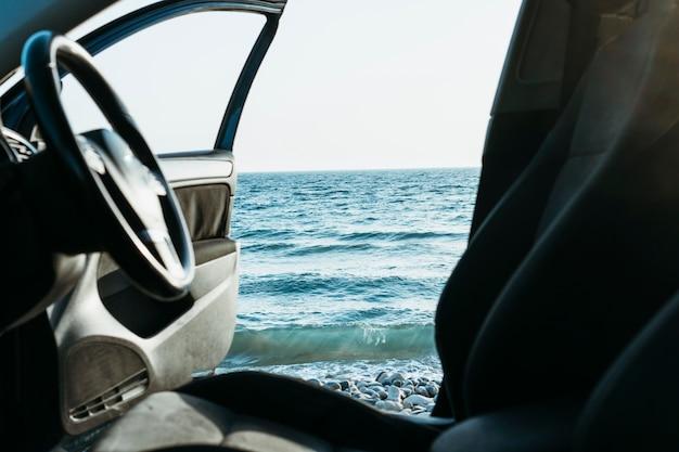Porte de voiture ouverte près de la mer