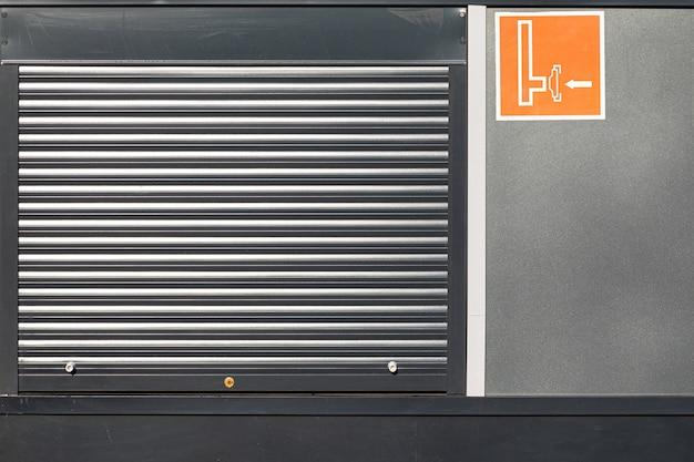 Porte de volet roulant en métal dans un mur noir