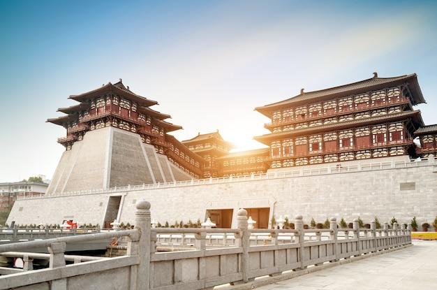 La porte yingtian est la porte sud de la ville de luoyang sous les dynasties sui et tang. il a été construit en 605.