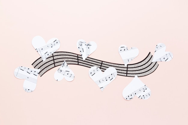 Portée musicale avec des coeurs sur fond uni