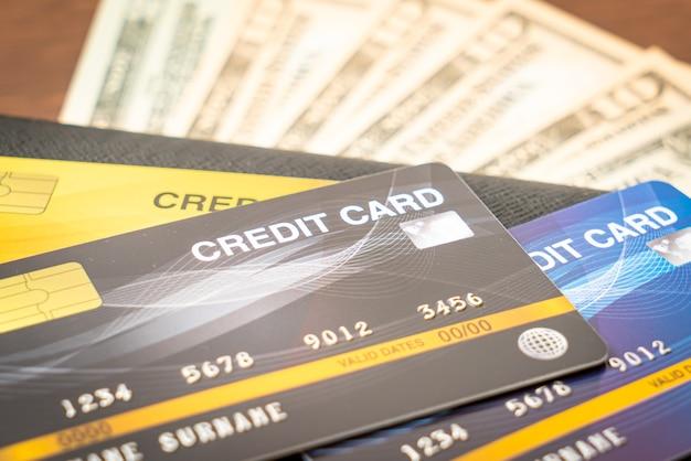 Portefeuille avec argent et carte de crédit - concept d'économie et de finance