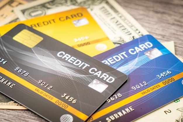 Portefeuille avec argent et carte de crédit