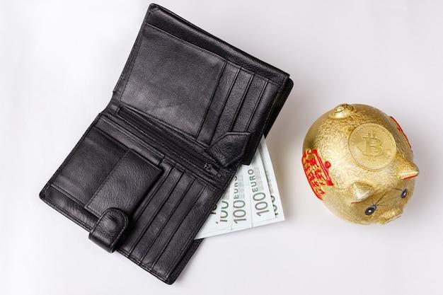 Portefeuille avec bitcoin euro et or et tirelire sur fond blanc