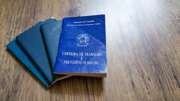 Portefeuille brésilien de travail avec fond en bois.